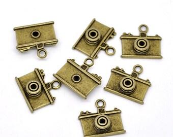 5 Antique Bronze Metal CAMERA Charm Pendants. chb0332