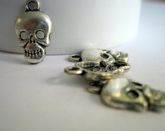 Skull Antique Silver Charms    (1212)