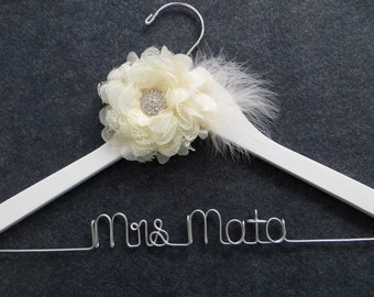 White LACE AND FEATHERS Bridal Hanger, Wedding Dress Hanger, Mrs Hanger, Personalized Bride Gift, White Wedding Hanger, Custom Bride Hanger