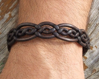 Special braided leather bracelet with toggle closure. (SZA12)