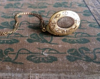 80s Vintage gold locket necklace / oval ellipse / hand etched floral flowers / Retro Photograph Jewelry / The Jessica