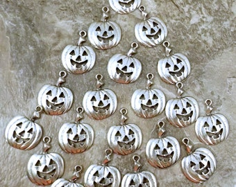 Twenty (20) Pewter Pumpkin/Jack-o-Lantern Charms - Free Shipping to US - (5225)