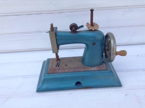 Vintage machine coudre casige fonte petit jouet d 39 enfant for Machine a coudre jouet