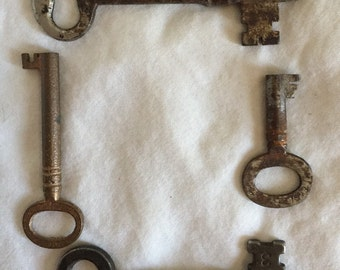 4 Rusty skeleton keys to the haunted castle