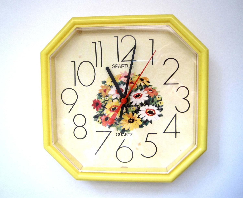 Spartus Kitchen Clock Yellow Lucite Daisies White Orange