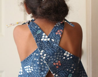 Reversible cross apron organic cotton, flowers and fungus