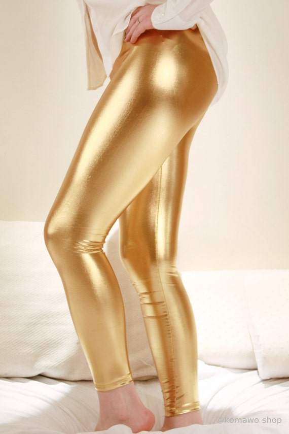 Shiny gold leggings are as versatile as the shiny black ones. They are commonly made of a combination of fabrics such as nylon and spandex or polyester and spandex. A number of outfit ideas can be applied to be worn with the pair of shiny leggings in gold color.