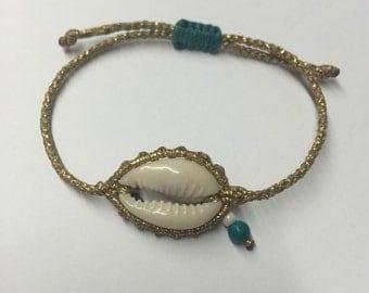 Macrame bracelet with seashell