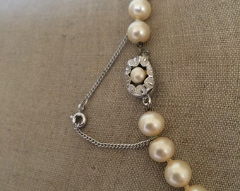 High spec vintage faux pearl necklace, knotted with safety chain