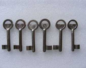 Lot 6 old vintage keys