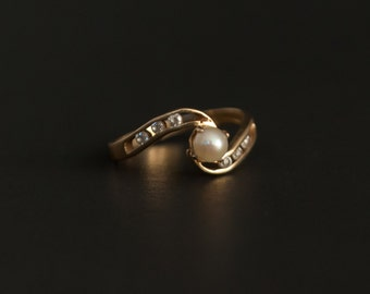 14K yellow gold ring with central pearl and 6 little diamonds or CZs Size 5.75