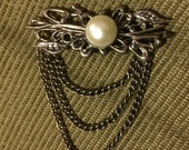Decorative brooch with chains