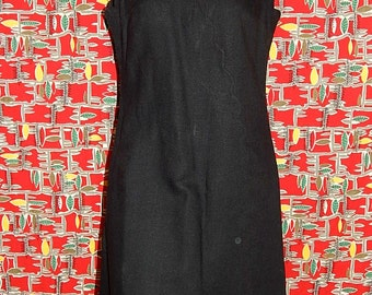 Classic elegant vintage 50s 60s black shell shaped V neckline asymmetric bombshell mod pin up sleeveless dress by Strelitz - Ireland - M / L