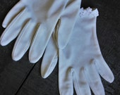 Ivory 1950s Gloves // Scallop Edge Wedding Gloves // Flower Detail White Gloves