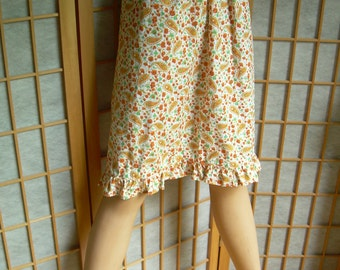 Early 1960's cotton paisley printed cotton apron in bright tones with bottom ruffle. 25 inch waist or less