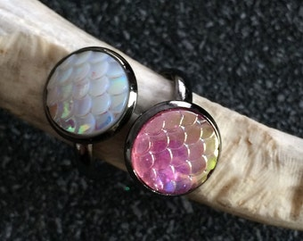 adjustable black ring with cabochons to white scales mother-of-Pearl and pink