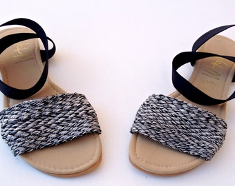 Traditional sandal with spring bracelet. Flexible outsole that generates comfort when walking