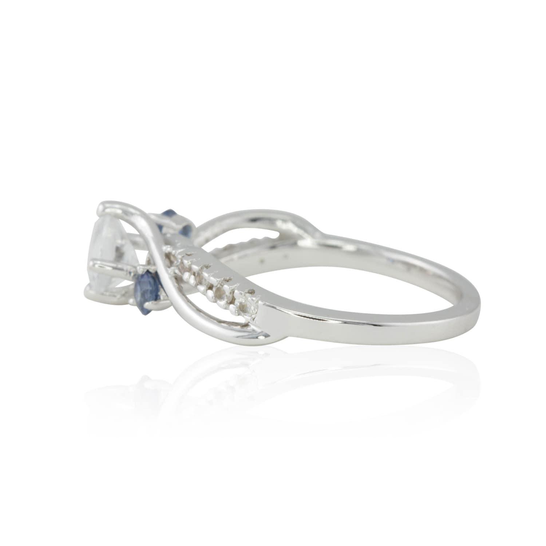 Wei saphir verlobungsring diamant alternative for Verlobungsring blauer stein