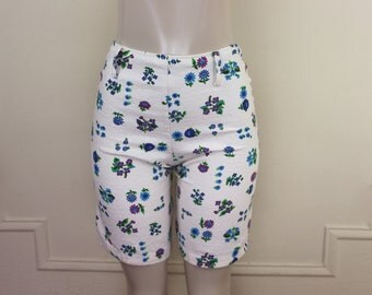 vintage 1960s White Floral Bermuda Shorts - size small