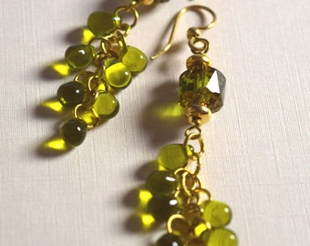 Green glass and brass cluster earrings in brass