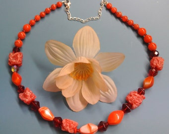 Lovely vintage 1980s short graduated red glass bead necklace with extension chain