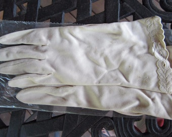 Vintage  cream colored with scalloped trim Gloves from 1940's