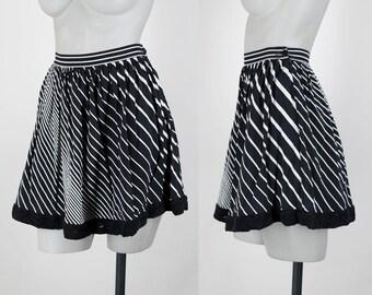 Vintage 90s Skirt / 1990s Black and White Graphic Stripe Mini Skirt XS S