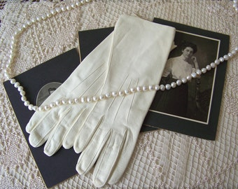 Vintage Gloves Cream Leather Doeskin Soft Leather Gloves Ladies Gloves Size 6 1/2 Made in England 1960s