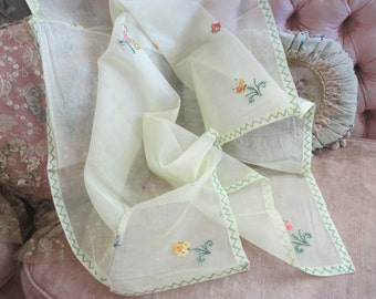 Vintage Shabby Chic Tablecloth Sheer Yellow Embroidered Floral Basket Green Zig Zag Stitch D40