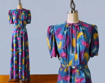 1940s Dress / 40s Novelty Print FEATHERS Dressing Gown / Hostess Gown