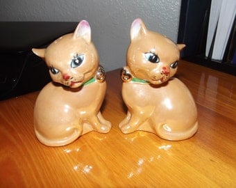 Darling Vintage Peach Luster - Lustre - Kitty Cat Salt and Pepper Shakers - absolutely lovely.