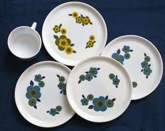 1970 kitchen: set of 4 milk glass dessert plate , country flowers, scandinavian style, Arcopal ,70s retro flowers bowls