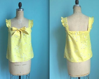 vintage 80s ruffled yellow and white floral tank / bow / novelty blueberry print / sleeveless / size small to medium