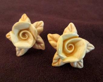 Flower Earrings White Ginger Grafile Screw Back Screw On Mid Century - Hawaiian