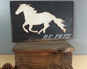 Layered Sign Art - White Horse on Black background wiht the words BE FREE - Rustic Wooden Sign on Wood - Mountain, Country, Outdoor, Nature