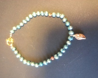 Handmade pearl bracelet with little shell