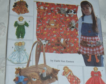 """Simplicity 7695 Tote Oganizers, Apron Sleeping Bag And Clothes for 9"""" Bean Bag Animals  Sewing Pattern - UNCUT"""
