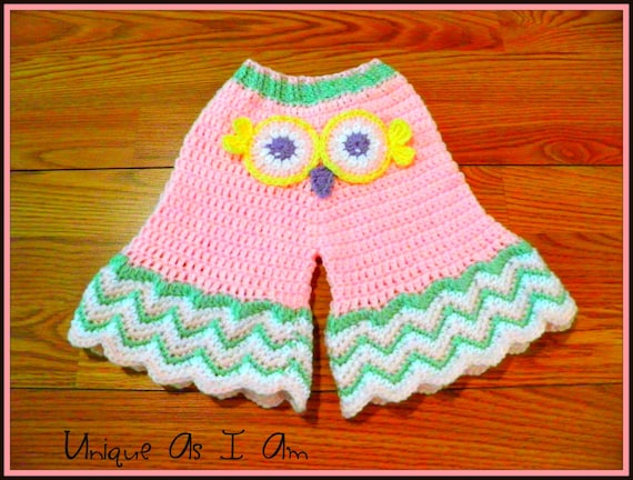A super cute free baby pants crochet pattern that can be perfect crochet pattern for newborn boys and newborn girls! Ideal for a baby shower gift or new baby gift!
