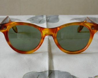 True vintage rare tortoise cat eye ladies 7BRL hinges sunglasses. Made in the USA.1950's