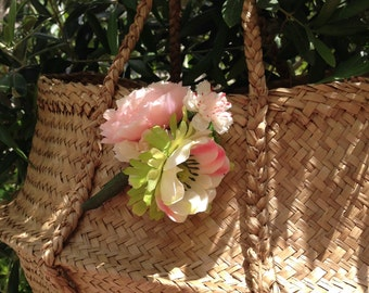 Straw basket and its bouquet of flowers