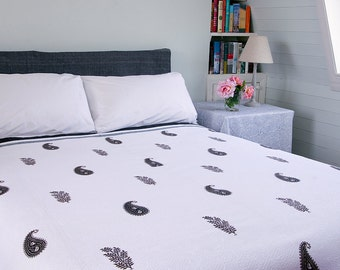 WHITE QUILT BEDSPREAD - Grey paisley