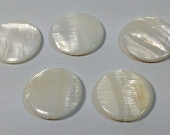 5 Round pearls in shell white 25 mm.