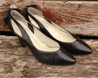 Vintage Women's Heels. With Bows. Size 7. Preppy. Sweet. Retro.Feminine.Pumps.Black. Cruelty Free. Bows on Back. Gold Accents. 1980's Heels.