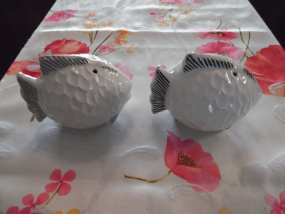 Vintage fish salt and pepper shakers unmarked by pyrexmiamor for Fish salt and pepper shakers