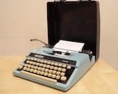 Wilding TW100  Vintage Typewriter  Portable Manual Typewriter Made in Japan