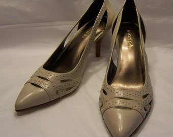 LADIES SHOES Pumps Size 6M by Maripe Taupe Ivory Stacked Wood Heels Midcentury Style Open Work Pierced Uppers Conservative Look Like New!