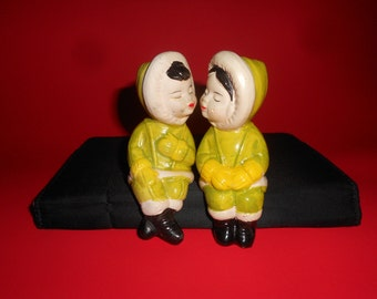 Kissing Eskimos Couple Salt & Pepper Set Vintage 50s Shelf Sitter Shakers
