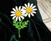 White Daisy, Enamel Flower Vintage Brooch, Vintage Pin      - Q