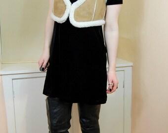 90s Does 70s Hippie Boho Faux Suede Shearling Trim Faux Sheepskin Warm Beige Cropped Gilet Waistcoat Festival Outerwear S