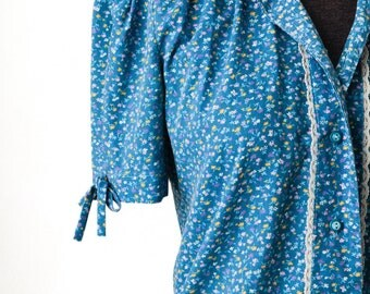 1970s teal blue floral print prairie t-shirt blouse with puffed sleeves and lace trim, quality vintage cotton button up top, country western